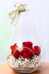 Özel Tasarım Armut şeklindeki vazosunda kırmızı gül aranjmanı sevdiklerinizi mutlu etmek için sizi bekliyor.