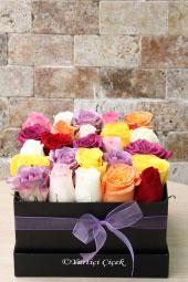 Siyah Kutuda Rengarenk Güller ile Hazırlanan Tasarım Sevdikleriniz İçin Unutulmaz Bir Hediye Olacaktır.