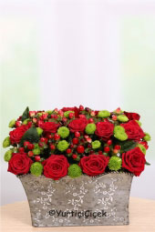 Kırmızı güllerin ve yeşil biçmelerin estetik aranjmanı ile sevdiklerinize kalbinizden geçenleri minik bir dokunuşla anlatabilirsiniz.