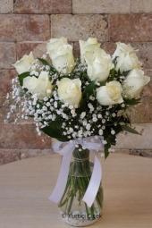 Beyaz Gül : 11 Adet   Hasret duygusunun ağır bastığı anlarda aşkınıza masum bir hediye cam vazoda beyaz güller gönderin ve onu mutlu etmenin hazzını yaşayın.