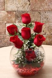 Kırmızı Gül : 9 Adet   Sevdiklerinize hoş bir sürpriz yapmak istiyorsanız fanusta hazırlanan 9 kırmızı gül aranjmanı tam size göre.Güzel bir jest yapmaya var mısınız? Yaklaşık Ürün Boyutu : 25 cm