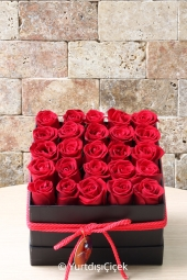Kutu içerisinde kırmızı güller ile hazırlanan tasarım sevdiklerinize yurtdışında göndereceğiniz en özel armağan olacaktır. (Üründe kullanıılan kutu ülkeye göre kare veya yuvarlak olarak gönderilmektedir.)