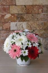 Mevsimin En Güzel Kır Çiçekleri   Cıvıl cıvıl bir mevsim aranjmanı sevdiklerinize en güzel duygularınızı anlatacak.