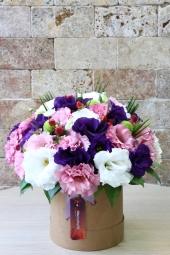 Lisyantüs çiçeğinin renklerinden özel kutu içerisine hazırlanan aranjman ile baharın mükemmeliyetini ona göndermeye ne dersiniz?
